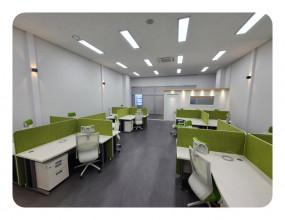 수원시 산업단지에 위치한 사무실 인테리어 입니다.사무업무 공간과, 대표실, 회의실의공간을 만들어서 업무의 효율을 높이는디자인을 기획하고 진행한 곳 입니다. [이 게시물은 최고관리자님에 의해 2021-08-16 11:54:55 상업공간에서 복사 됨]